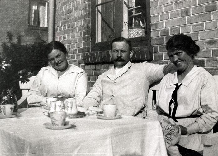 Kaffe i haven bag Lundevej 7, 1925.
