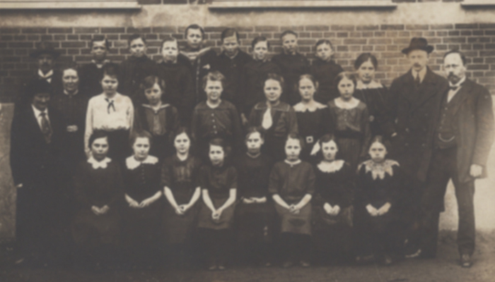 kønsopdelt skole - pige elever og lærere udfor Hørsholm Skole ca. 1917
