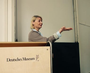Kirsten Wehner welcome the workshop participants