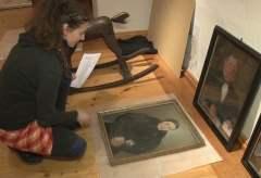 Aufbau der Ausstellung zum 200. Geburtstag des Portraitmalers Friedrich Mascher auf Burg Posterstein