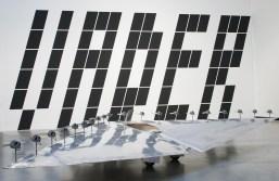 Exhibition view: Panamarenko, Deltavliegtuig P-1 (Piewan), 1975. Collection S. M. A. K., Stedelijk Museum voor Actuele Kunst, Ghent. In the back: wall painting by Tim Cierpiszewski, VADER, 2016. Photo: Hans Schröder, Marta Herford