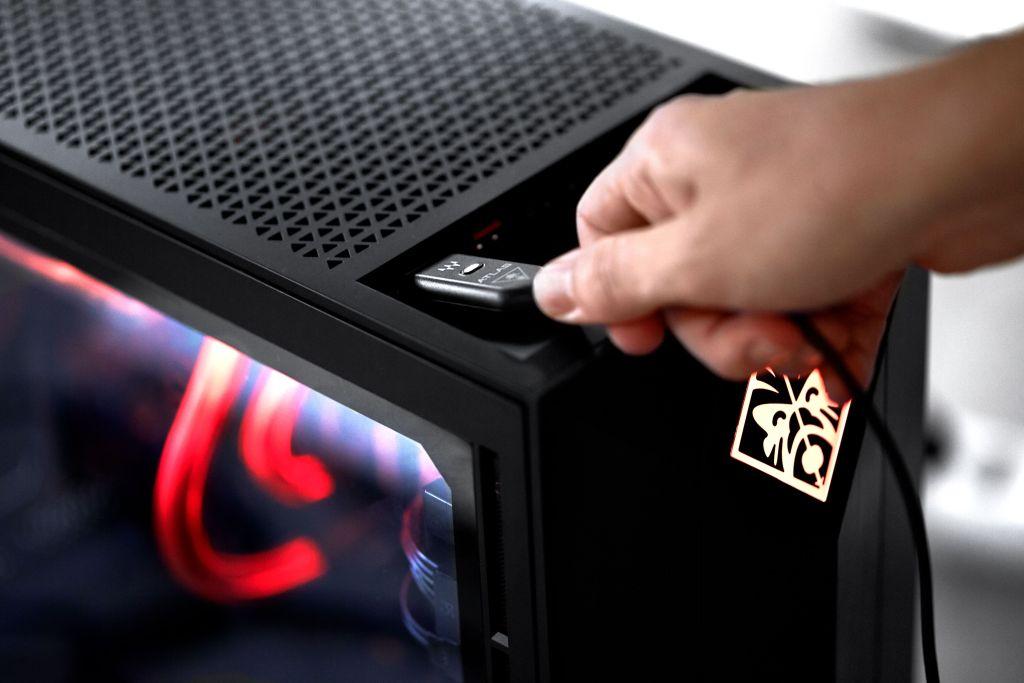 Amplificateur Atlas Edge banché sur un PC