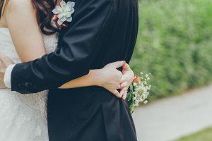 Novio y novia después de la ceremonia
