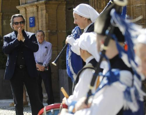 Muti greeted by a street band in Spain similar to what Mahler imitates in the third movement of his First Symphony. Photo courtesy of www.RiccardoMutiMusic.com