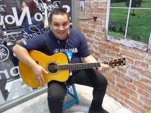 Leandro Wagner com o violão TransAcoustic