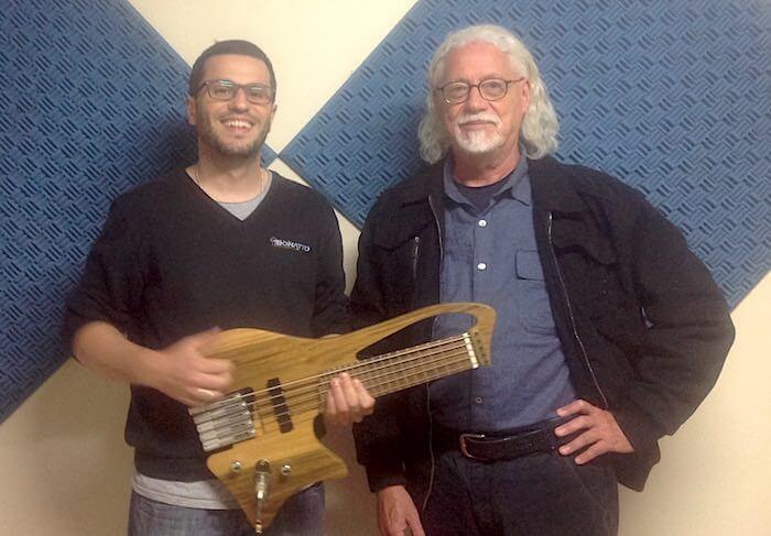 Luthier Julian Barro com Saulo van der Ley