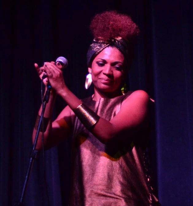 A cantora Luciana Oliveira no palco do Auditório do Sesc Vila Mariana (Foto: Alexandre Eça)