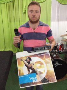 Jonatas Patrick Resende, con el modelo Sennheiser EW 135 G3 falsificado