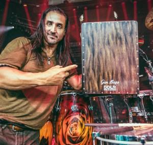 Daniel de los Reyes con su Daniel de los Reyes Signature Cajon de Gon Bops. *Foto tomada de la página oficial de Zac Brown Band
