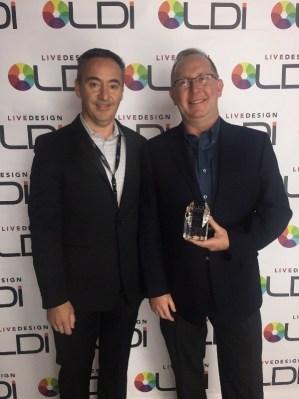 Toby y Eric con el premio que recibió la luminaria Proteus