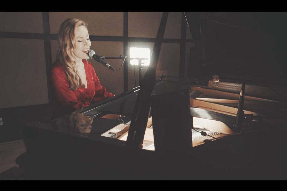Book A Versatile Female Pianist Vocalist London - Music for London