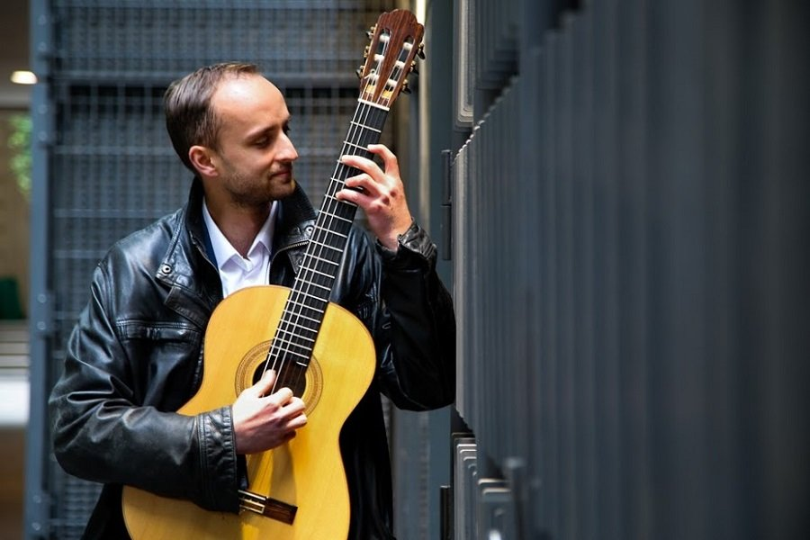 Solo Finger Style Guitarist