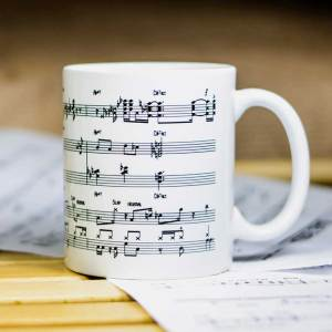 Бяла, порцеланова джаз чаша с печат на нотопис с джаз акорди, алтерации и последования.