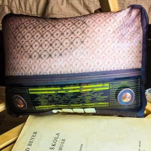 Мека антистрес възглавница в две разновидности - ретро радио и касетофон. Допирът с нея въздейства успокояващо, а външният й вид придава стил.
