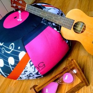 Мек и удобен пуф с кръгла форма, от текстил с музикални ноти, ключ сол, петолиние, винил, грамофонна плоча. Черен, бял, розор и оранжев цвят.
