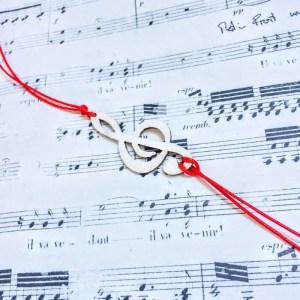 Музикална мартеница, тип гривна, за мъж и жена с бял дървен ключ сол и червена връв