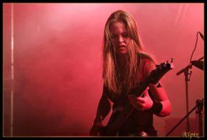 Ida Haukland on bass live