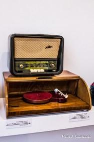 "Radioodbiornik Nokturn produkcji Diora (koniec lat 50-tych) oraz gramofon SGE 53 w obudowie typu ""chlebak"" (1955)"