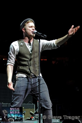 OLLY MURS Q102 JINGLE BALL 2012 WELLS FARGO CENTER PHILADELPHIA PA 08
