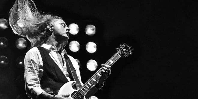 Jerry Cantrell Sign to Gibson