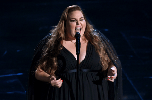 """Chrissy Metz Singing """"I'm Standing With You"""" Live at 2020 Oscars"""