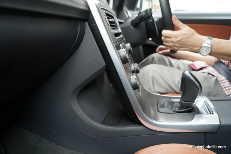 Volvo S60 T5 hidden compartment behind the console