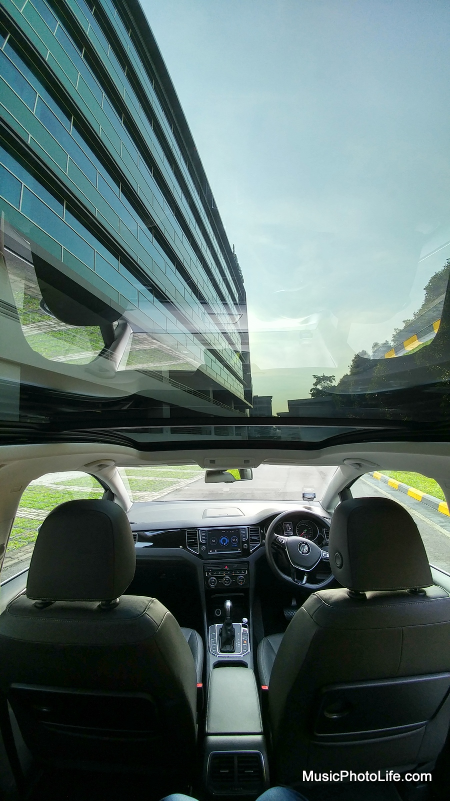 Volkswagen Saportsvan sunroof panoramic view
