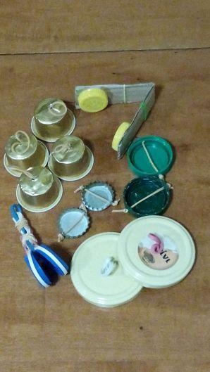 ζίλια και καστανιέτες από μερίδες γάλακτος και καπάκια διαφόρων τύπων