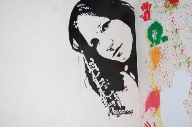 Magdalena, die Gründerin des Vereins Musiker ohne Grenzen e.V. in überlebensgroß an der Wand des Gemeinschaftsraums. Sie war in diesem Jahr bereits zum 6. Mal in der Musikschule in Guayaquil