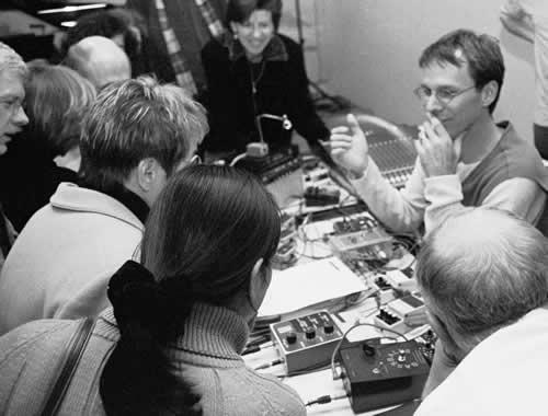 """Am ersten Abend trat schon John D.S. Adams aus Toronto auf mit David Tudors """"Neural Synthesis No.16"""" für Synthesizer. Foto: Hufner"""