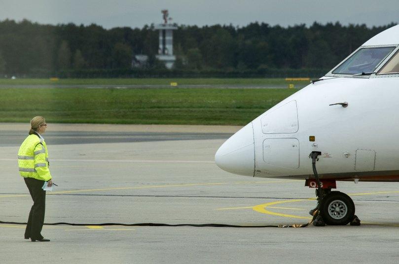 Mensch und Flugzeug. Foto: Hufner