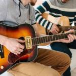 Cours de guitare Montréal:Un enseignant avec son élève