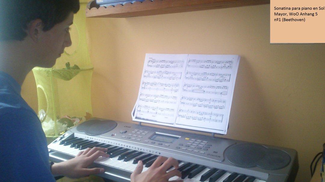 Carlos con la partitura de la Sonatina en Sol Mayor, de Beethoven