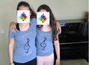 Marcela y Uxía con camisetas McM