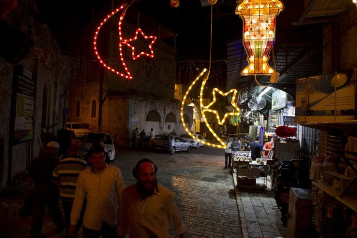 مرور يهود بجانب احتفالات المقدسيين بدخول شهر رمضان الكريم