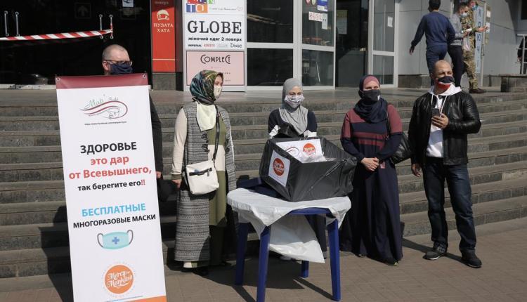 أوكرانيا.. حملة توزيع أقنعة طبية صنعتها مسلمات جمعية مريم يدويًّا على مواطني العاصمة كييف