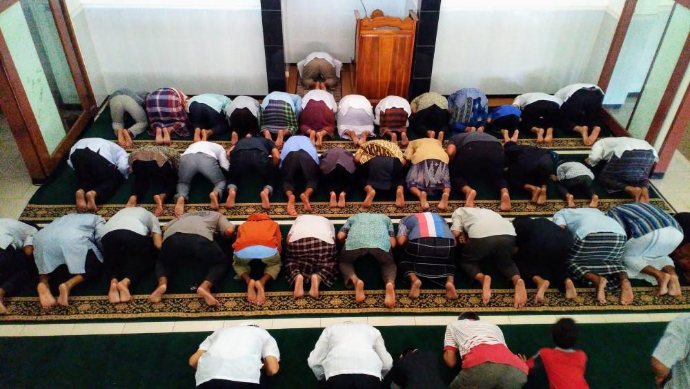 Suasana Shalat di Masjid Salamah Tipes Solo