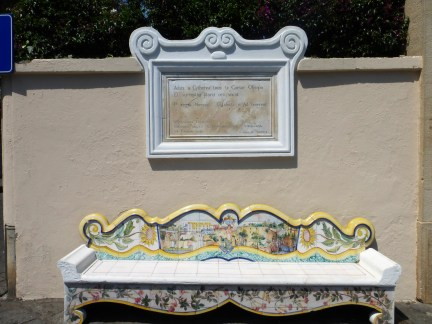 ławka przed hotelem