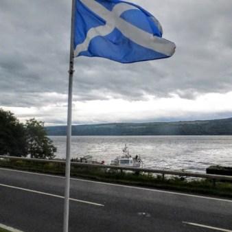20. Jezioro Loch Ness i flaga Szkocji