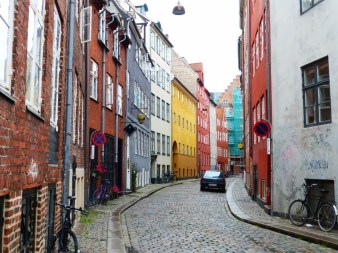 26. Kolorowa kopenhaska uliczka