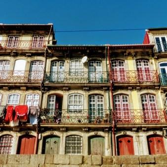 12. Kolorowe fasady domów przy nabrzezu Praca da Ribeira