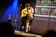 Zupfte versiert die Gitarre