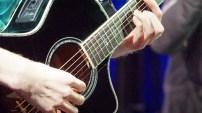 Spielt mit langen dünnen Fingern: Flonoton