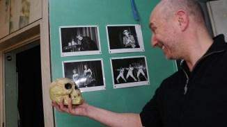 Sein oder Nicht Sein. Fotograf Henning Hansen mit einem unbekannten Verblichenen.