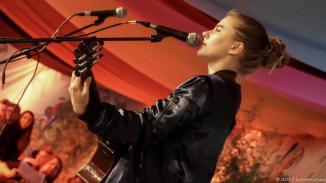 Den Anfang machte spring, die sich im April 2017 einen dritten Platz ersang. spring wirkt hinter ihrer großen Gitarre auf der Bühne eher zierlich - und haut dann eine Stimme raus, die sich gewaschen hat.