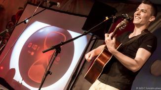 Alex Döring konnte im Februar 2017 den 36. MuSoC Songslam für sich entscheiden. Seine Lieder erzählen Geschichten voller unerwarteter Wendungen. Er sang sich hier auf einen Hocker.
