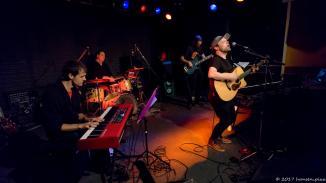 Manu Stübinger kam ebenfalls mit Band und drückte feinsten Pop und Blues von der Bühne. Im Publikum hielt es niemanden mehr ruhig auf seinem Platz.