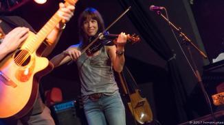 Saskia Götz an der Violine. Michi Marchner hat nicht schlecht gestaunt, als Saskia ihre eigene DI-Box mitbringt und anschliesst. Schon der Soundcheck war ein Genuß.