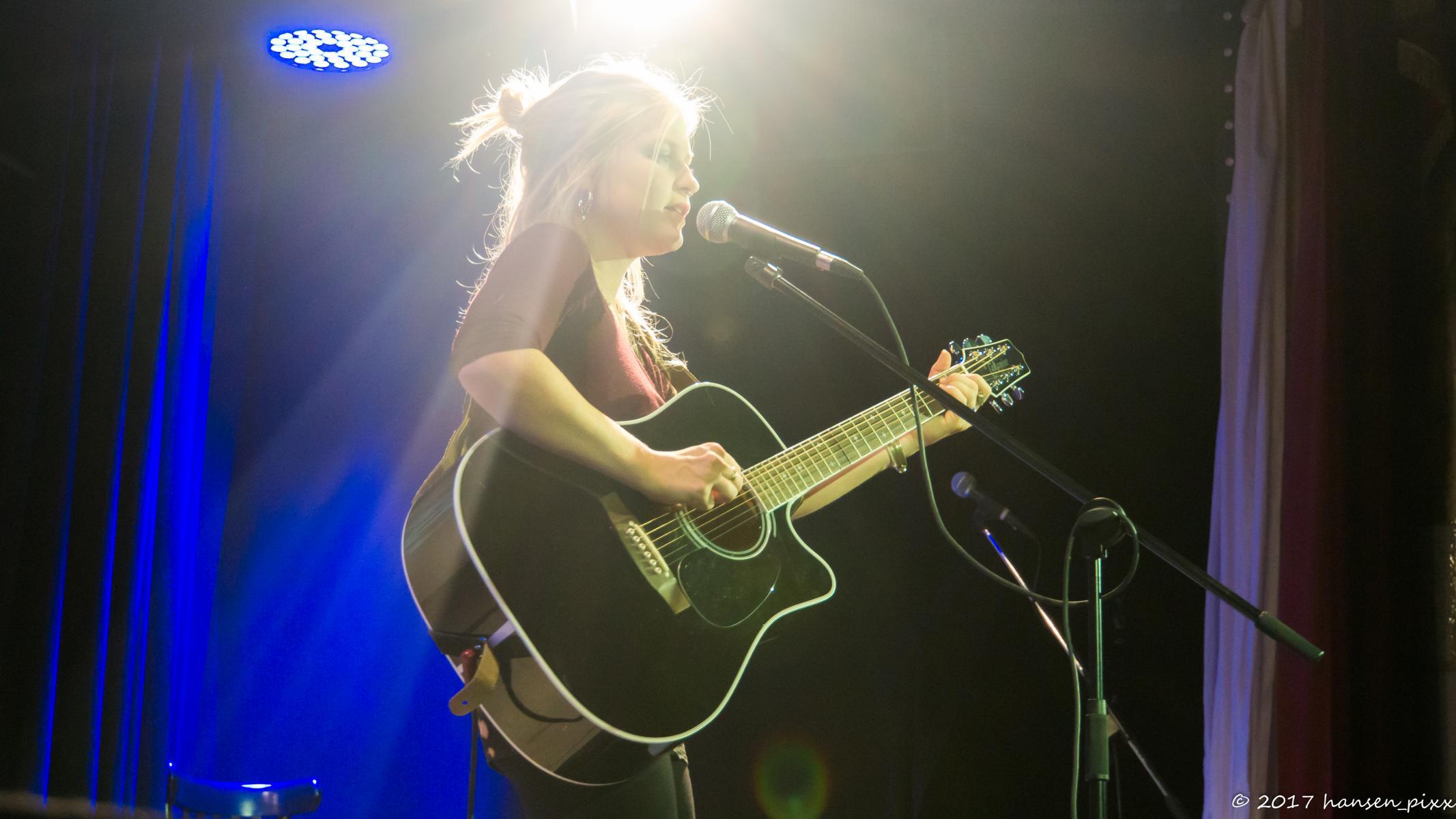 Aynie im Licht: sie hat den MuSoC #open 40 gewonnen und eröffnet dementsprechend den 41. Abend mit ihren wunderbaren Songs.