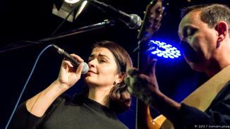 """Zusammen mit ihrem musikalischen Pendant, dem Vollblutmusiker Philipp Stauber, brachte uns die gebürtige Kanadierin Songs in Englisch und Französisch aus ihrer aktuellen CD """"Who said"""" mit."""